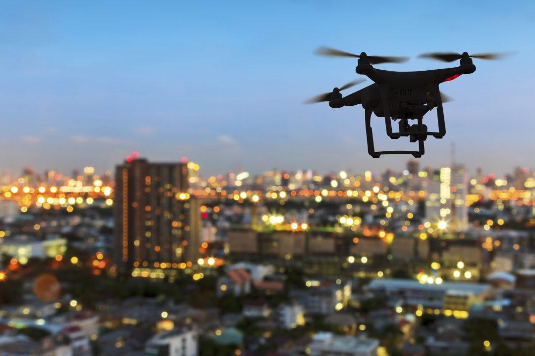 dron sobrevuela la ciudad